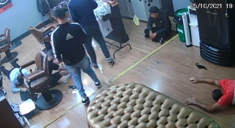 Vítimas foram rendidas e ameaçadas pelos suspeitos durante assalto a barbearia na zona leste