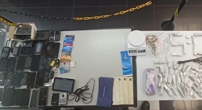 Polícia encontrou mais de 80 produtos ilícitos e 113 porções de drogas