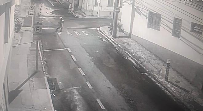 Imagens de câmeras de segurança flagram ação de suspeitos e policiais