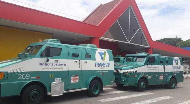 Suspeito morre em assalto a carro-forte durante abastecimento a supermercado
