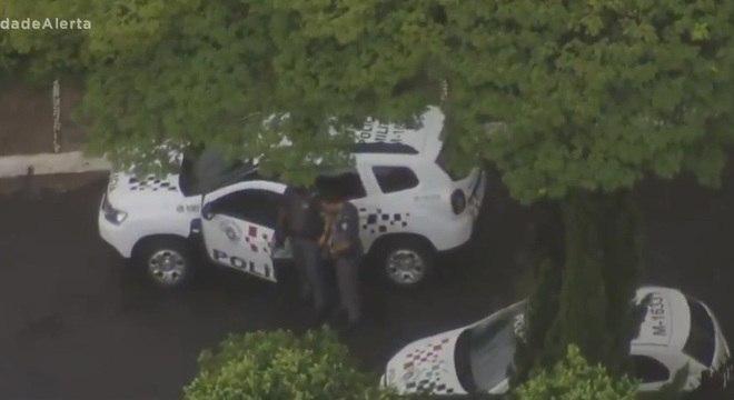 Policiais militares cercaram a residência e trocaram tiros com os criminosos