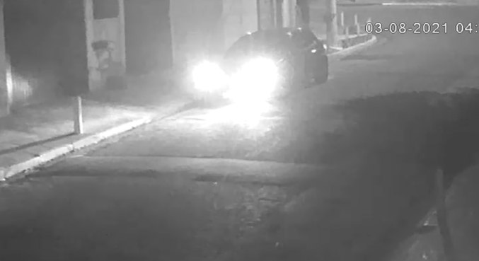 Veículo usado pelos suspeitos foi abandonado em uma rua próxima