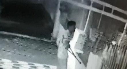 Imagem mostra suspeito pulando muro do bar