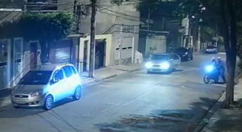 Suspeitos em moto se aproximam do motorista para o assalto