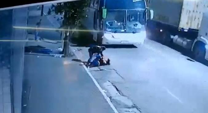 Um dos suspeitos derruba a policial e tenta tomar sua arma
