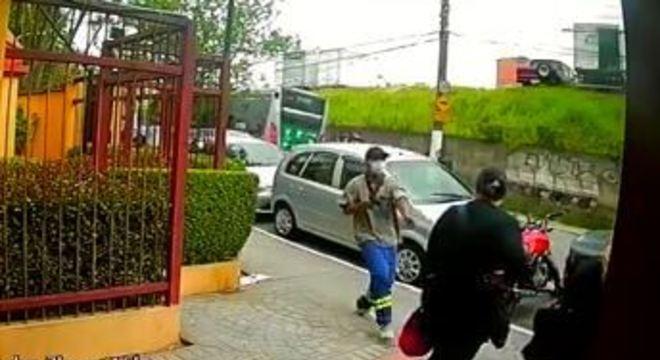 Suspeito chegou correndo e apontou a arma para as vítimas