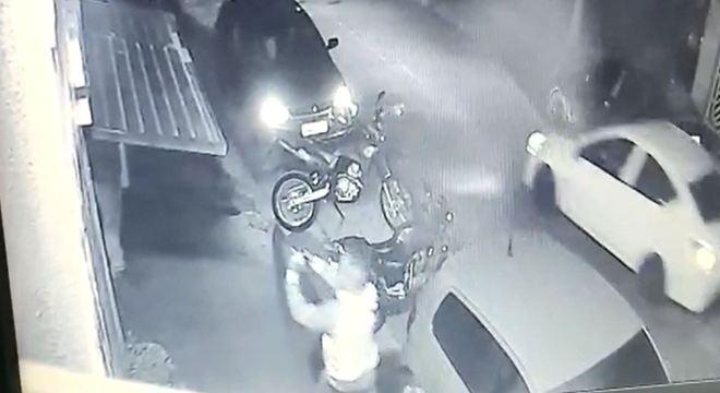 Suspeitos revistam clientes em restaurante de Guarulhos