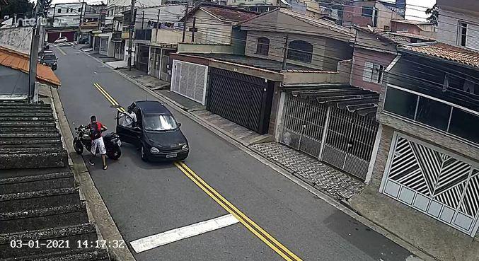 Imagens mostram dupla se aproximar de motocicleta durante assalto