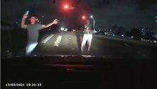 Câmera interna de carro mostra assalto armado a motorista em SP
