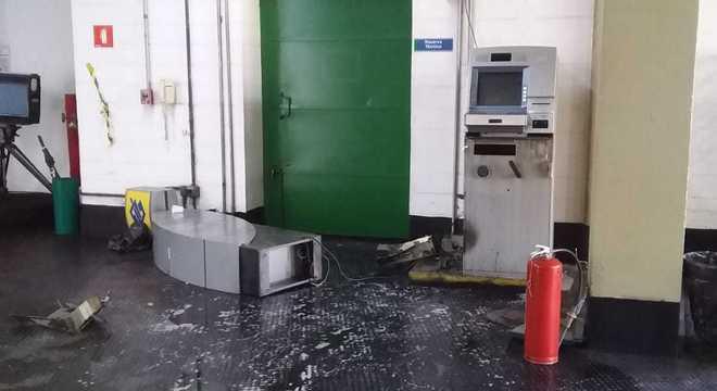 Assaltantes fugiram levando dinheiro de caixas eletrônicos