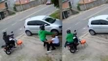 Vídeo: dupla de moto assalta e agride mulher na zona sul de SP