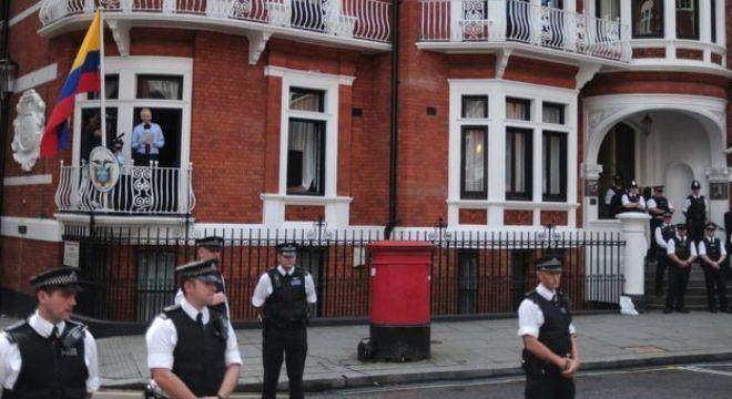 """Da embaixada no Equador, Assange dizia que os EUA promoviam uma """"caça às bruxas"""" contra o WikiLeaks"""