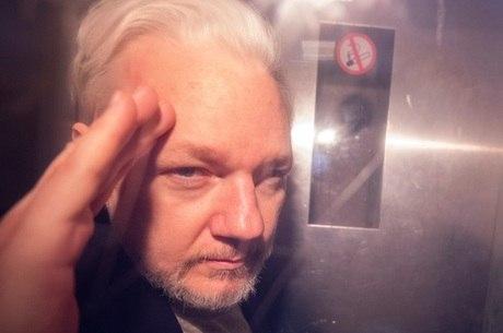Assange permanece sob custódia da Justiça
