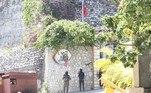 Policiais fazem a vigilância na casa de Jovenel Moise. O primeiro-ministro interino do Haiti,Claude Joseph, afirmou quea segurança no país está sob o controle da Polícia Nacional e das Forças Armadas
