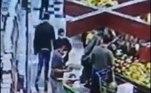 Um adolescente de 17 anos foi apreendido por suspeita de assediar sexualmente de uma criança de 10 anos dentro de um supermercado na avenida Sapopemba, em Santo André, região metropolitana de São Paulo, na tarde desta terça-feira (22). As câmeras do comércio flagraram o ato.As imagens mostram um homem passando pela garota, que empurrava um carrinho com um bebê, e a apalpando por trás