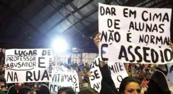 Alunas manifestam em formatura da Universidade Estadual de Maringá