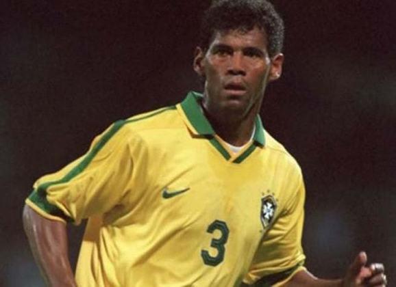 Assim como Ricardo Rocha, Aldair foi um dos zagueiros tetracampeões do mundo pela Seleção Brasileira, porém nesse caso o defensor não encerrou a carreira no clube, mas sim iniciou, jogando pela base e pelo time profissional de 1985 a 1989. Nasceu em Ilhéus, na Bahia.