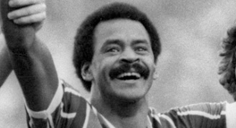 Assis - 'Recordar é viver, Assis acabou com você'. Carrasco do Flamengo nos anos 80, o atacante foi fundamental na conquista do tricampeonato carioca e do Campeonato Brasileiro de 1984 e decisivo contra o maior rival. Disputou 177 jogos pelo Fluminense e formou o