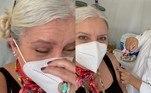 Astrid Fontenelle, de 60 anos, recebeu a primeira dose da vacina contra a covid-19, no dia 6 de maio, em São Paulo. A apresentadora de TV celebrou o grande momento por meio de vídeo compartilhado nas redes sociais.'Chegou o meu dia. E foi emocionante. Muito. Antes uma ansiedade. Foram quase duas horas na fila (fazendo amizade). Na hora mesmo, passou um rápido filme na minha cabeça e o Gabriel ali, ao meu lado ,significa muito', escreveu