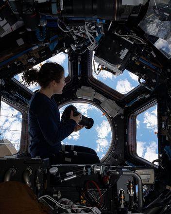 Durante o tempo livre, a astronauta gostava de fica na janela da ISS observando a Terra