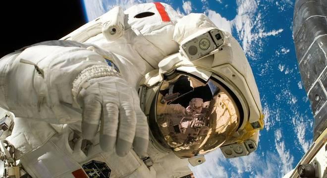 Os astronautas tentam manter uma rotina normal mesmo vivendo no espaço