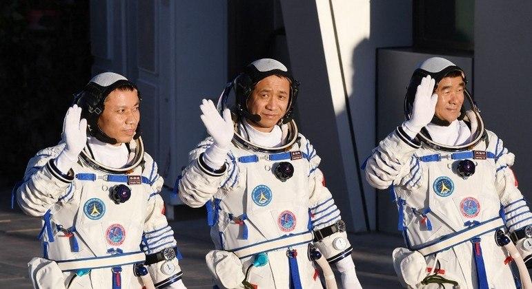 Os três astronautas chineses da missão Shenzhou-12 momentos antes do lançamento em junho