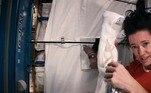 Segundo a astronauta, o xampu que é utilizado no espaço não precisa ser enxaguado, mas, um pouco de água é de grande ajuda no processo. Após molhar o cabelo, ela separa uma toalha e se prepara para o próximo passo: tirar o excesso da água