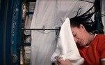 De acordo com a astronauta, cápsulas espaciais contam com um sistema de ar condicionado que suga tanto a água dos cabelos dos astronautas quanto das toalhas e a transformam novamente em água potável. Atualmente, é possível recuperar mais de 70% dessa água