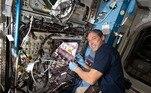Pesquisando como cultivar alimentos fora da Terra, o astronauta da Nasa Michael Hopkins planta rabanetes no experimento Plant Habitat-02. Em missões longas, como viagens à Lua ou Marte, os astronautas precisam conseguir plantar alimentos nutritivos para complementar a comida levada da Terra