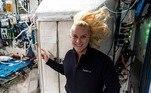 A astronauta americana Kate Rubins mostrou como foi votar no espaço durante as eleições de novembro de 2020. Essa é a segunda vez que ela vota fora da Terra, já que estava em missão em 2016. Astronautas americanos podem votar do espaço desde 1997, quando uma lei foi aprovada