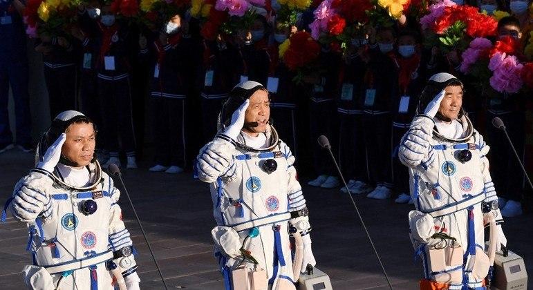 Astronautas chineses no dia do lançamento para a estação espacial Tianhe  em junho deste ano