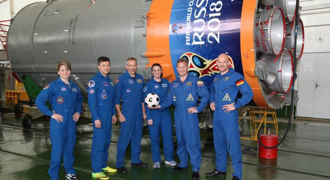 Astronautas serão lançados ao espaço por um foguete com o logo da Copa na Rússia