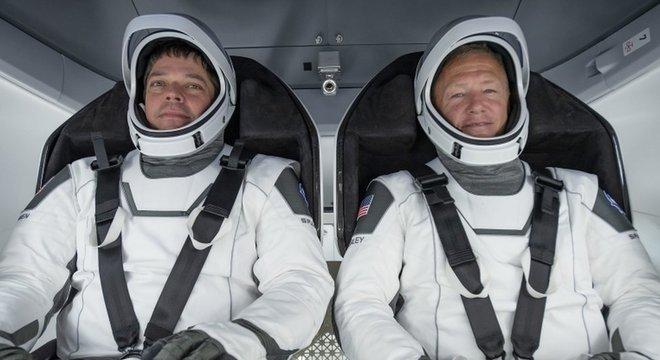 Os astronautas Bob Behnken (E) e Doug Hurley