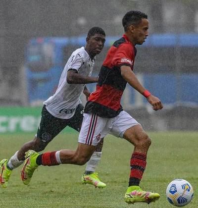 Atacante: Matheus Gonçalves nasceu em 2005 e tem contrato com o Flamengo válido até agosto de 2024. Ele também soma passagens pela Seleção Sub-17.