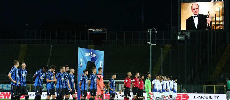 Antes de Atalanta 2 X 0 Sampdoria, homenagem a Ennio Morricone