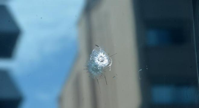 Marca de tiro na janela de guarita da embaixada dos EUA em Ancara, na Turquia