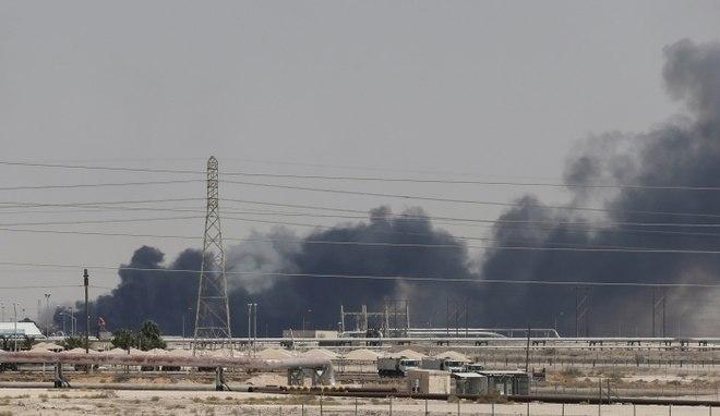 Bombardeios com drones a petrolíferas da Arábia Saudita aumentaram a tensão no Oriente Médio. Os ataques foram reivindicados por rebeldes do Iêmen. A consequência imediata dos atentados foi uma redução de 5% na produção internacional de petróleo e a alta do preço do barril mundo afora