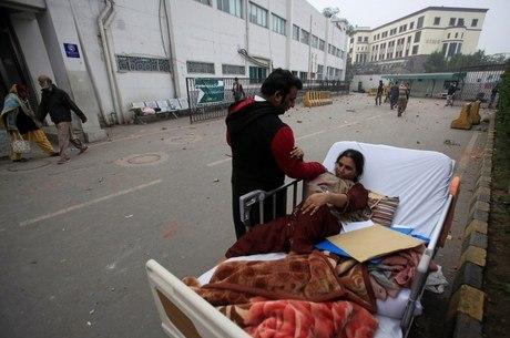 Parente tenta ajudar paciente retirada do hospital