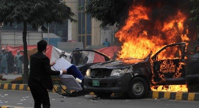 Advogado se prepara para atirar cadeira enquanto carro pega fogo em hospital