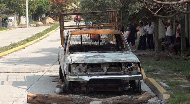 Veículo queimado após grupo atacar moradores de aldeia indígena em San Mateo del Mar