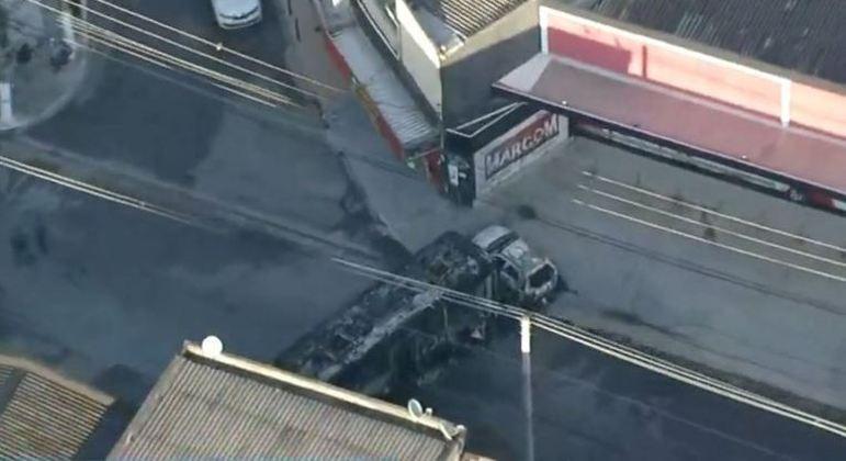 Na ação, dois ônibus foram incendiados e atravessados na rua, que está interditada
