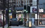 Oficiais da polícia forense compareceram ao local dos ataques com faca em Streatham