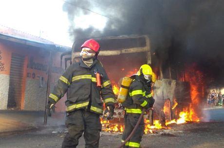 Ao menos 24 ônibus foram incendiados