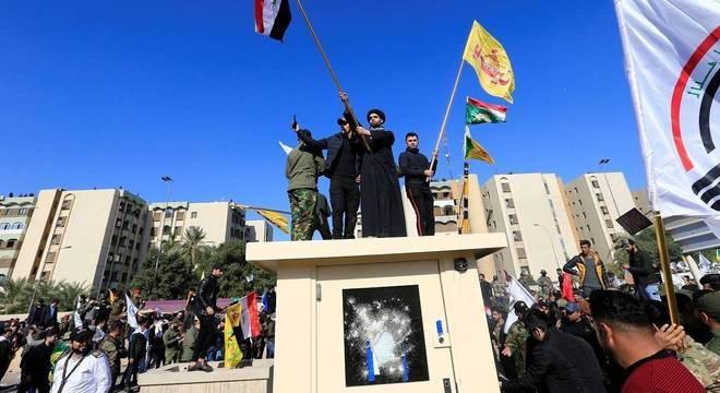 Guarita da embaixada em Bagdá foi atacada durante protesto