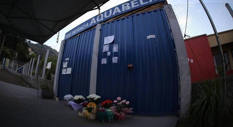 Moradores deixaram flores na porta da escola