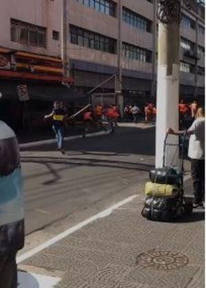 Ambulantes atacam objetos em direção aos fiscais que fogem
