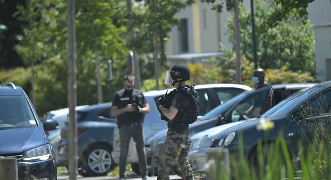 Policial é esfaqueada na França, agressor conseguiu fugir