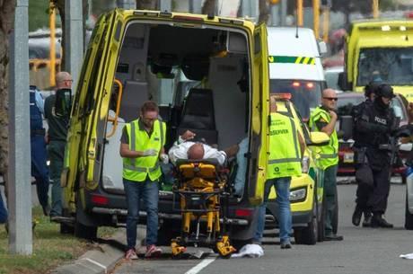 Equipes de resgate atendem aos feridos em ataque