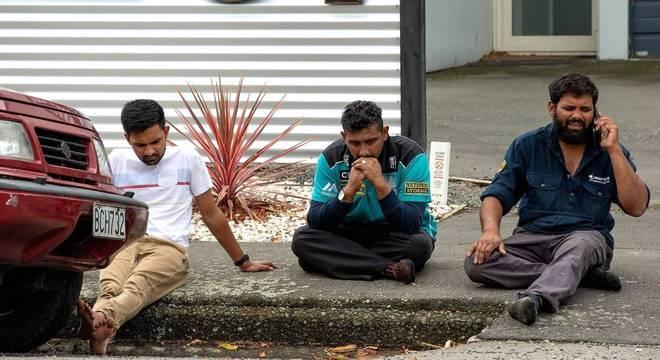 Sobreviventes desolados em frente  mesquita atacada por terrorista na Nova Zelândia