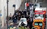 Um ataque a faca praticado por pelo menos dois criminosos deixou duas pessoas feridas em Paris, na sexta-feira (25). Uma das vítimas ficou em estado grave, mas está fora de perigo. Um dos autores do crime foi preso logo em seguida, ainda com as roupas sujas de sangue. O caso será investigado como terrorismo
